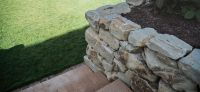 20_nachher_rollrasen_bepflanzung_natursteinmauer_treppe