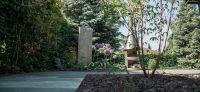 23_terrassengestaltung_terrassenplatten_quarzit_wegebau_lavalit_allium_gartengestaltung_gartenplanung_naturstein_stele
